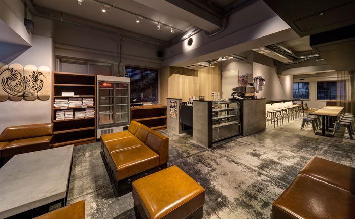 カフェが併設されていて、宿泊客以外の人も楽しめるラウンジでは、一人でゆっくりくつろぐことも、訪れた外国の人達とのおしゃべりを楽しむこともできます。