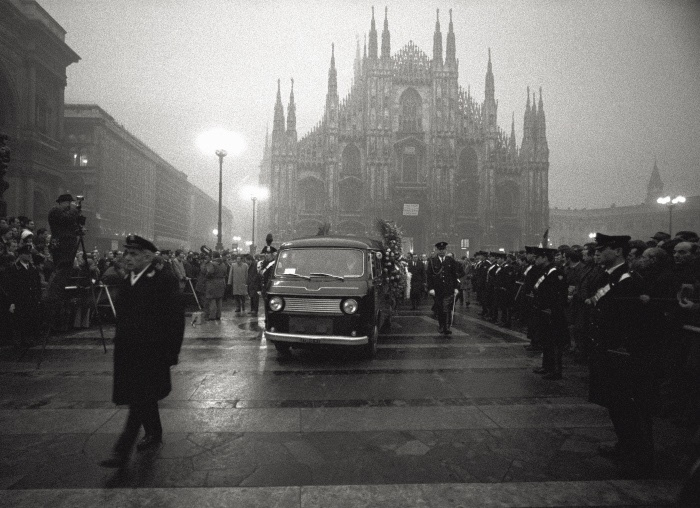 The carabinieri are escorting the coffins of the victims of the Fontana square massacre while they are being carried out of the Duomo of Milan. December 15, 1969. MONDADORI PORTFOLIO/Sergio Del Grande