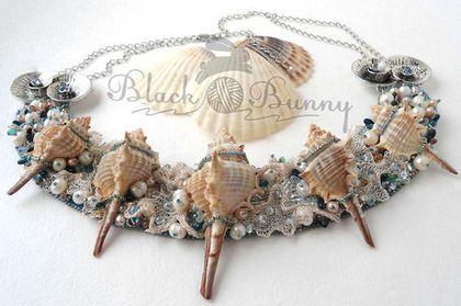 Купить или заказать Ожерелье из ракушек, жемчуга и бисера 'Из пены морской' в интернет-магазине на Ярмарке Мастеров. Это невероятное ожерелье будто морская волна, клокочущая белой пеной, которая отступая, оставляет на песке сокровища, поднятые со дна...Как знать, быть может, море обнаружило их в самой Атлантиде... Второе украшение из коллекции 'Сокровища Атлантиды' получилось нежным и одновременно дерзким из-за ракушек с шипами. Оно расшито японским бисером и натуральным…