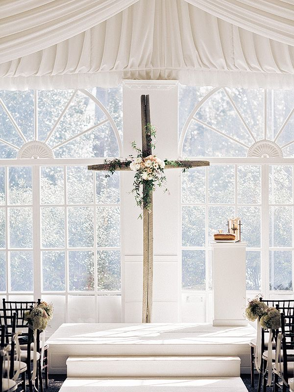Indoor ceremony cross | Amy Arrington