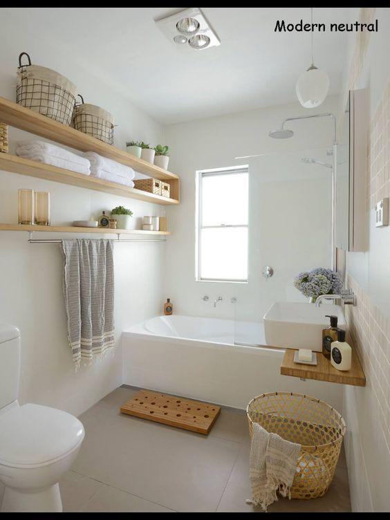 Salle de bain blanche, étagères bois naturel