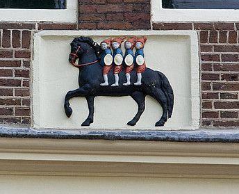Herengracht 394 - De Vier Heemskinderen (1672) gevelsteen