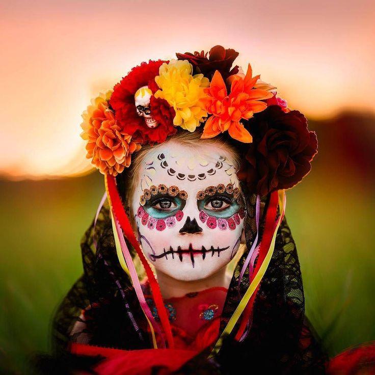 Ba'ax tia'al tech ba'al ma' ta k'abéetkúunsik? Para o que você quer aquilo que você não utiliza?  provérbio maia  Os maias antigos habitantes de parte do México nos convidam a pensar sobre nossa pressa moderna: queremos viver para ir aonde?  Foto por @leekayphotos  A celebração do Dia dos Mortos no méxico tem origem nas etnias mexica maya purépecha e totonaca. Era celebrada durante quase um mês no final do verão e após a chegada dos espanhóis foi fundida com festividades européias como forma…