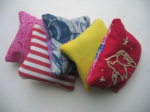 little lavender craft: embroidered fabric sachet Bustine di lavanda ricamate
