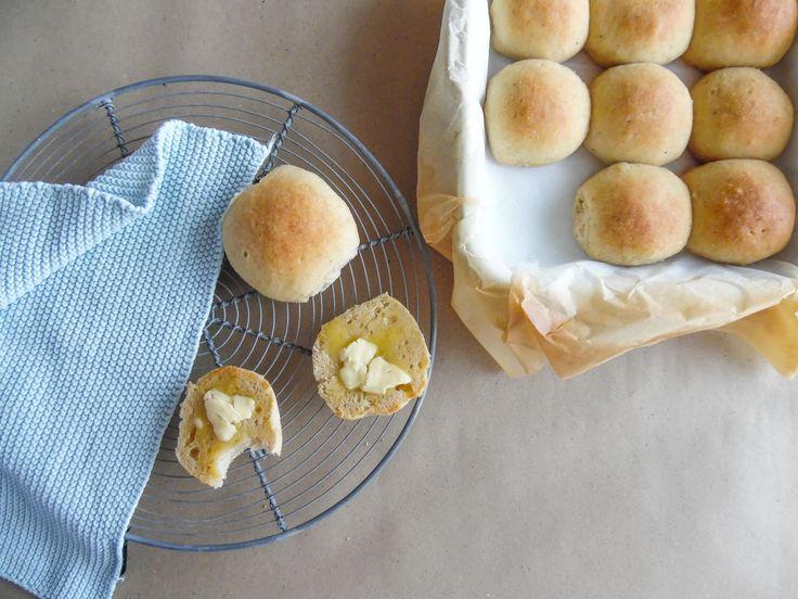 Opskrift på lækre glutenfrie boller bagt som hveder, så du også kan nyde store bededag. Bollerne er frysegnet og smager skønt.