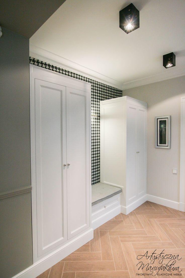 hol w kurzą stopkę z szafami z klasyczną nutą, meble angielskie na wymiar, entry white storage & closets, transitional built in wardrobes in the hall - wykonanie Artystyczna Manufaktura