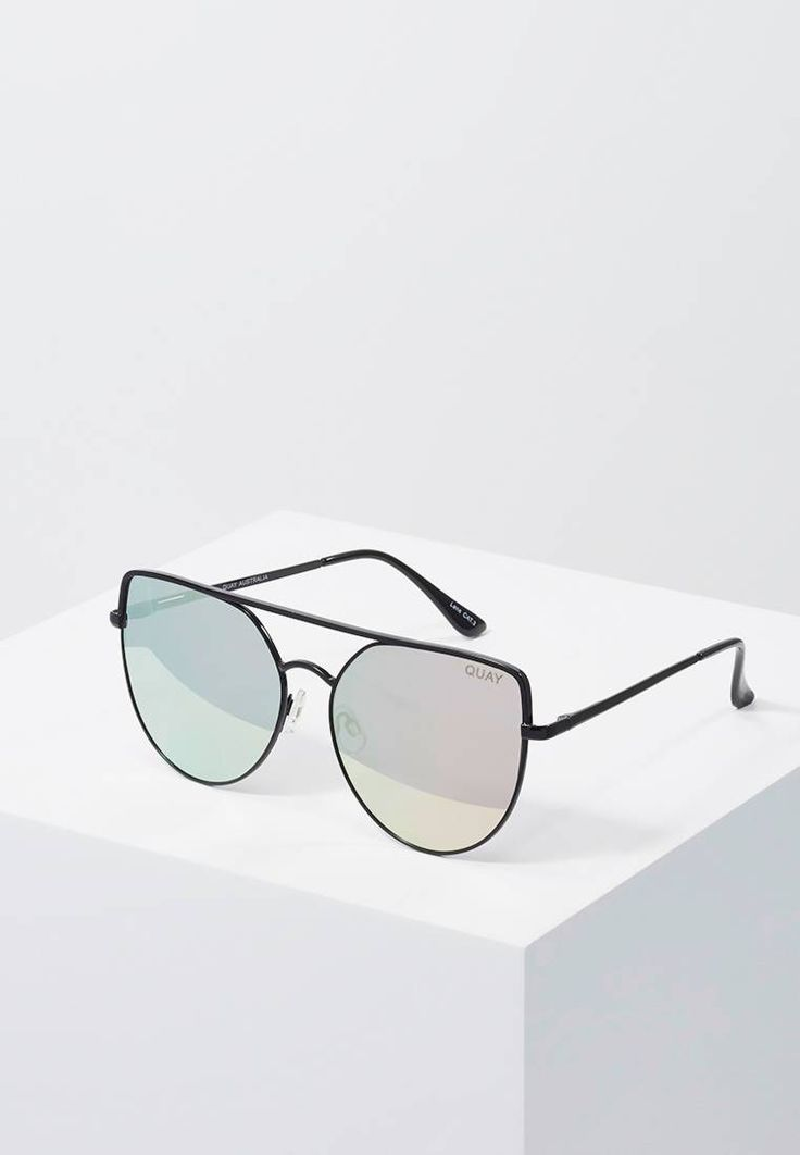 Quay. SANTA FE - Lunettes de soleil - black/red. Forme des lunettes:papillon. largeur:15 cm en taille One Size. Longueur des branches:14 cm en taille One Size. Filtre UV:oui. Largeur du pont:1.5 cm en taille One Size