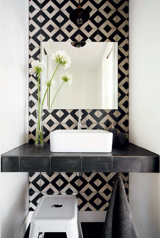 Effet pop dans la salle de bains Avec un revêtement mural à motif de losanges…
