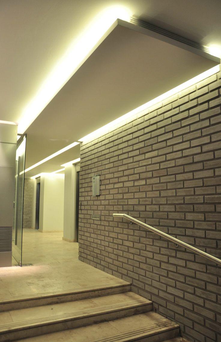 Acceso al edificio hall de entrada luz indirecta for Espejos para hall