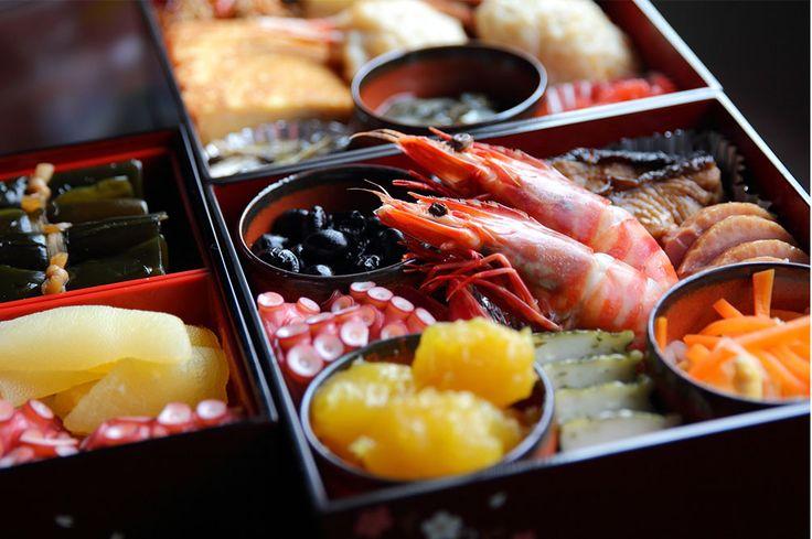 「口取り」とは、「口取り肴」の略語で、饗膳(きょうぜん)で最初に出す料理のことを言います。饗膳はおもてなし料理を意味する言葉で、おせち料理や会席料理などが、これにあたります。 口取り肴は、かまぼこやきんとんをはじめ肉・野菜・魚など、海の幸と山の幸の両方を使用した甘みのある料理を1枚の皿に盛り合わせて、お吸い物とともに出す、いわゆる「酒の肴」となる料理 です。 日本古来の本膳料理(ほんぜんりょうり)では、勝栗(かちぐり)、熨斗鮑(のしあわび)、昆布を三方にのせ、口取り肴として供していました。 おせち料理は年神様(としがみさま)をもてなすためのお供え料理ですが、現在では、年始の挨拶に来るお客さんをもてなす料理の意味合いもあるため、口取りが入っていると考えられます。口取り肴は饗膳のなかでも最初に食べる料理なので、重箱のいちばん上の「一の重」に、縁起がいいとされる奇数(5品、7品、9品)の料理が詰められます。