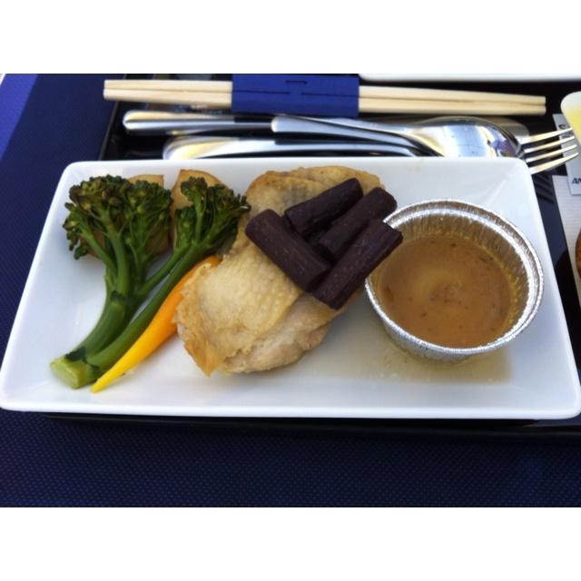 2012.5.26 NH1187機内食 洋食 メインディッシュ ・鳥もも肉のソテー蕗の黒作り添え