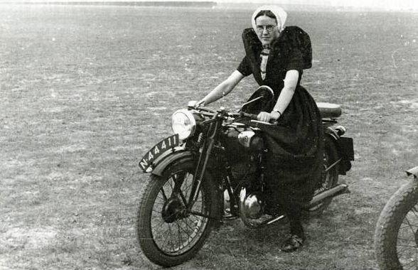 Gekostumeerd motorrijden | De auto van m'n opa #Zeeland #Axel