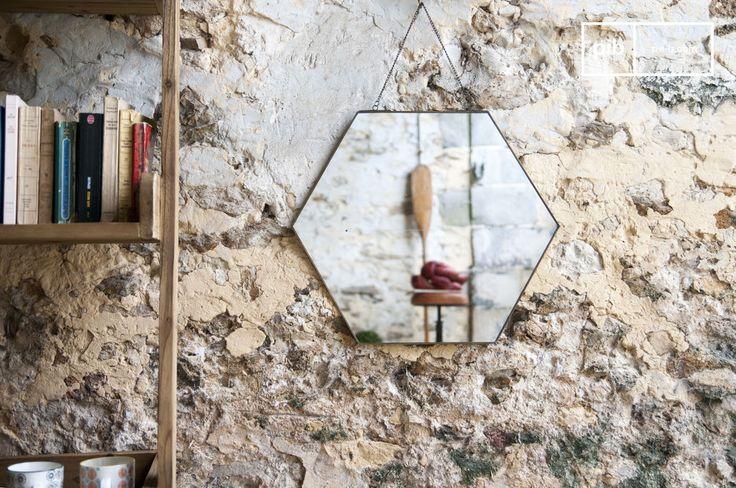 Specchio esagonale Solliès-Pont e molti altri specchi da scoprire su PIB, lo specialista in arredamenti, illuminazioni e decorazioni vintage.