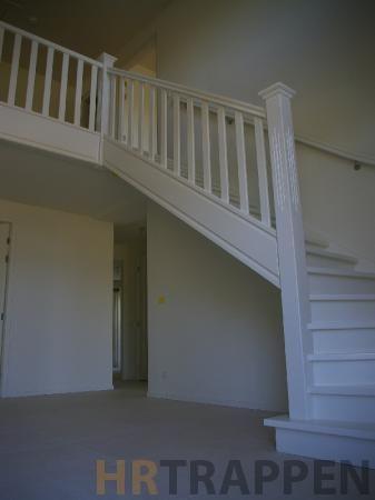 Landelijk hekwerk op de trap en vide met geprofileerde leuning