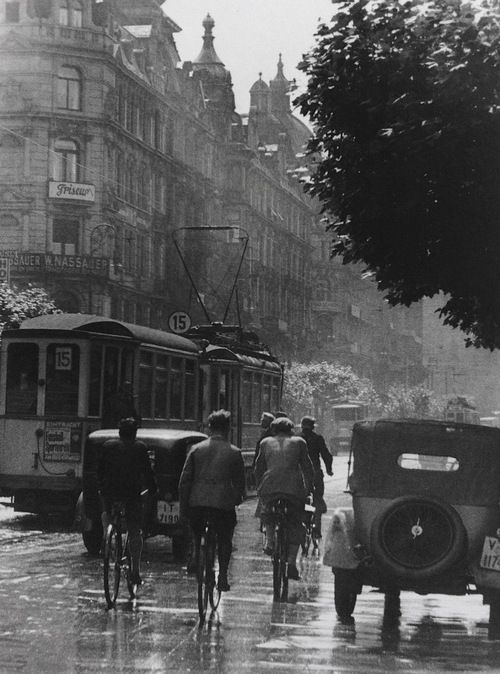 Frankfurt, 1930. They have already discovered that this city is perfect to discover by bike! Want to see more information, check: http://www.bajabikes.eu/en/bike-tour-frankfurt