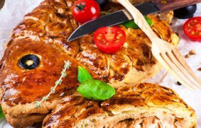 La torta di pesce è un piatto che si basa soprattutto sulla sua presentazione visiva originale e di effetto. La sua preparazione è molto semplice, ma bisogna stare molto attenti ai piccoli dettagli (la bocca, le pinne, la coda e l'occhio) della pasta sfoglia modellata a forma di pesce. Questa è la variante che utilizza come ingrediente principale i filetti di orata, per un piatto dal gusto tipicamente mediterraneo.