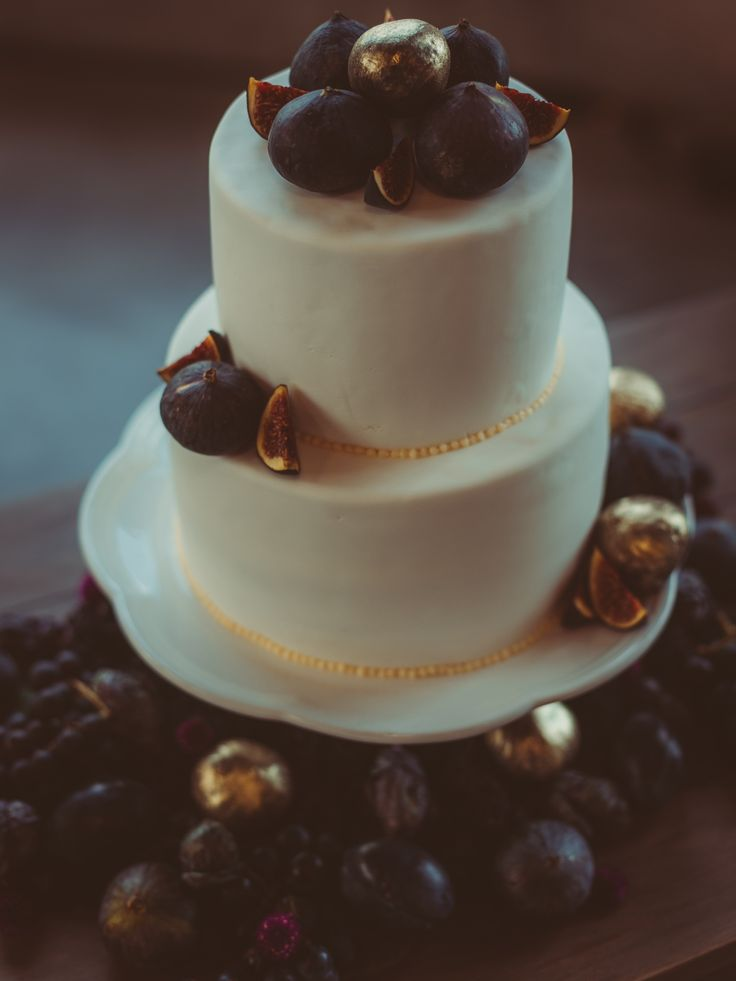 white + gold wedding cake with figs; boho wedding cake; Horticulture building wedding in Ottawa; PHOTOGRAPHY Joel + Justyna Bedford;