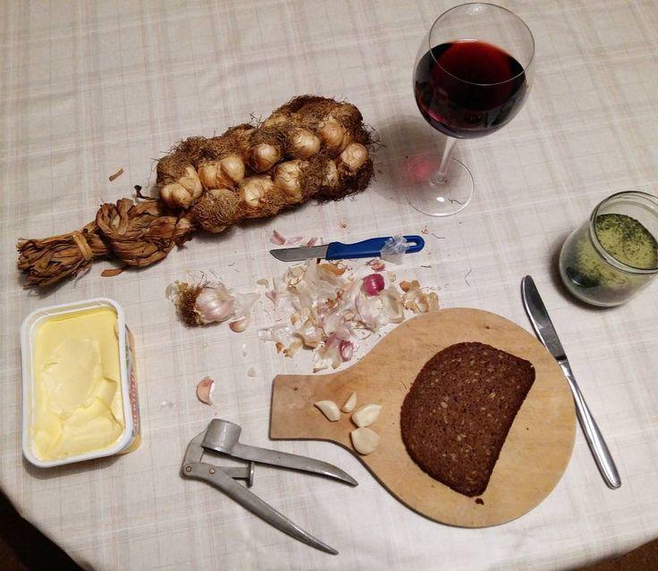 Was für ein inspirierender Tag auf dem #kreativmarkt in der #messe #erfurt. Es sind viele interessante  Gespräche mit kreativen Menschen entstanden, ich habe reichlich #handgemachtes und #utensilien für's kreative Hobby geshoppt (Blogartikel folgt) .. und jetzt gönn ich mir den geräucherten Knoblauch vom #zwiebelmarkt in #weimar. Ist mir wurscht, wenn mich morgen alle hassen 😂😂😂 #food #vegan #knoblauch #gewürze #räuchern #behindthescenes #kreativblogger #daseinfachsteistdasbeste…