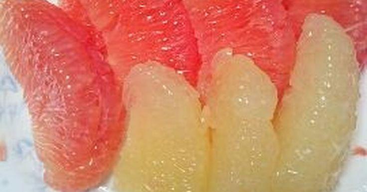 グレープフルーツの皮をむくとき包丁でやるとどうしても身が少し削れます! でもこの方法は身を1欠片も無駄にしないです!