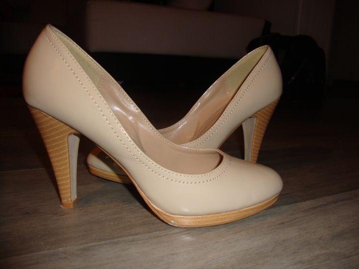 Escarpins beige vernis neuve dans Chaussure / vêtements / mode