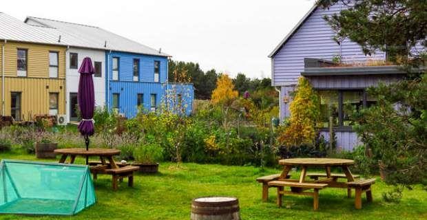 East Whins: Ένα πολύχρωμο οικολογικό χωριό στη Σκωτία