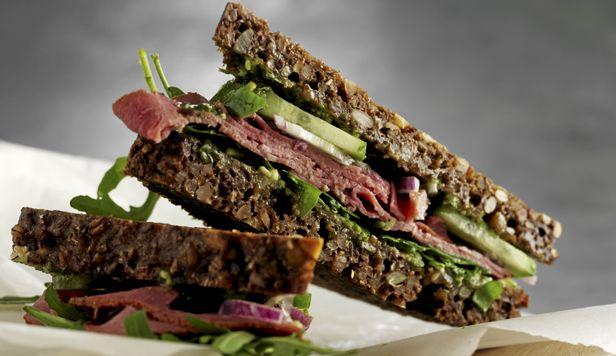 Rugbrød mætter og smager rigtig godt, specielt når det smøres med pesillepesto og lægges sammen med til denne frokostsandwich, der sagtens kan laves aften før.