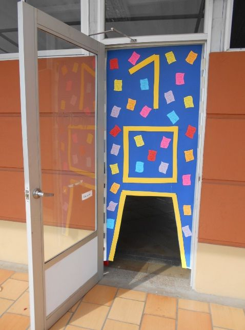 """100th day of school. Classroom door. Kids must go through the zero. Message on the color papers: """"Happy 100 days of school"""".L.P.J.V."""