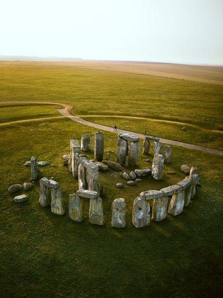 Crómlech se refiere a la construcción prehistórica que consistía en menhires organizados en círculo alrededor de un dólmen. Se cree que en un principio su función era la de monumento funerario o necrópolis pero que después pasó a ser un templo para culto de deidades como el Sol y la Luna. Esto es sólo una creencia ya que los científicos aún no han podido confirmarlo.  Un ejemplo de éste es Stonehenge, construido alrededor del año 3100 a.C. en Wiltshire, Inglaterra.