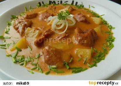 Vepřové kostky s bramborami v jemné cibulové omáčce recept - TopRecepty.cz