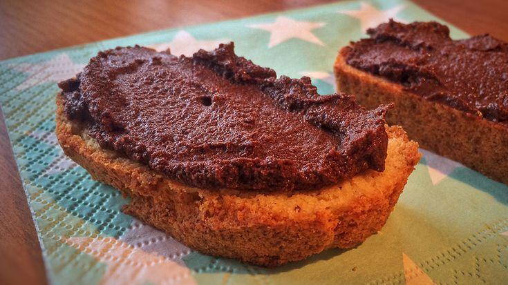 Chokoladecreme - her smurt på glutenfrit brød, men ganske som den originale Nutella kan den også spises uden brød: Med ske