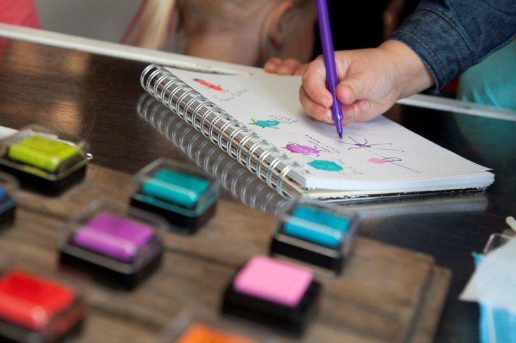 10 tips om de kinderen op je bruiloft te vermaken | gastenboek vingerafdruk poppetjes