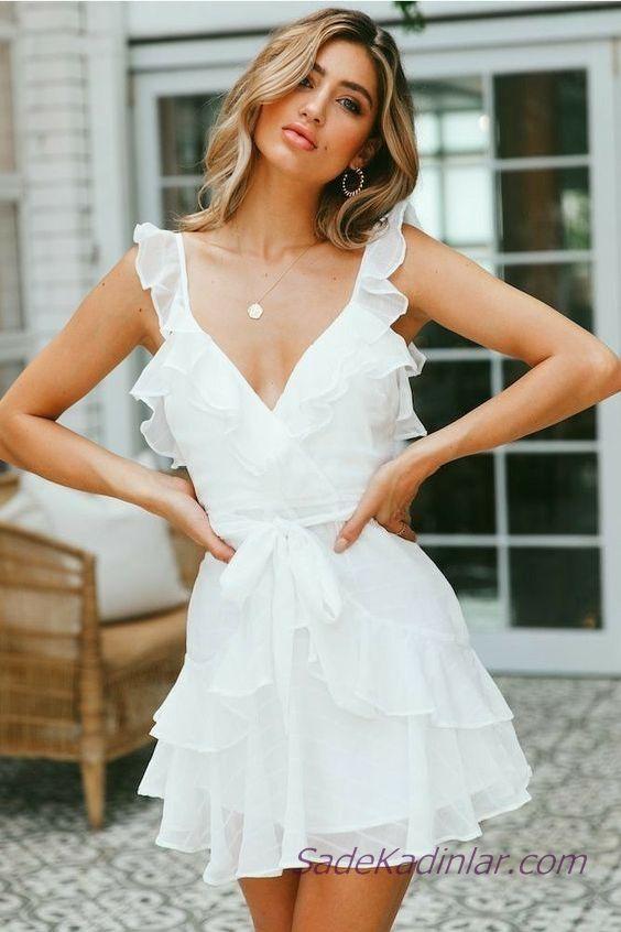 be09149da44d9 Beyaz Şifon Elbise Modelleri Kısa Askılı V Yakalı Fırfır Detaylı Kumaş  Kemerli | SadeKadınlar - Moda