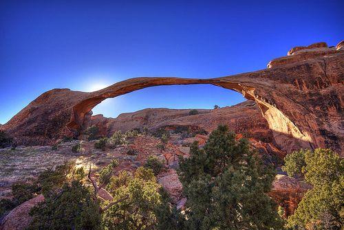 El origen de los arcos se explica por un proceso que ha llaevado un largo tiempo. El movimiento subterráneo de la sal produjo un cambio en el paisaje de la superficie, con el agua filtrándose entre las fisuras hasta modelar formas que miles de años después, son poco menos que sorprendentes