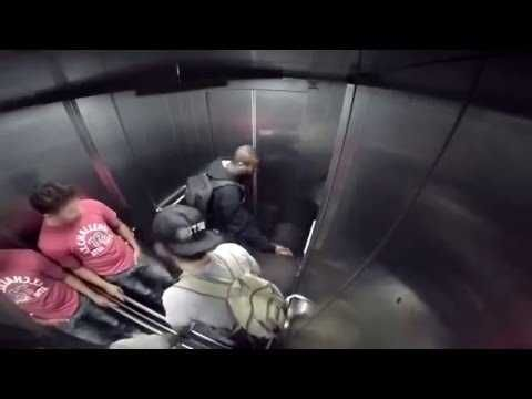 Une nouvelle caméra cachée brésilienne très drôle : la diarrhée explosive dans l'ascenseur. Un homme a une très grosse envie d'aller au toilette...