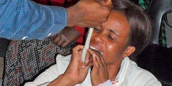 Bem feito! Pastor que fazia fiéis engolirem cobras vivas terminou preso por maus-tratos aos animais