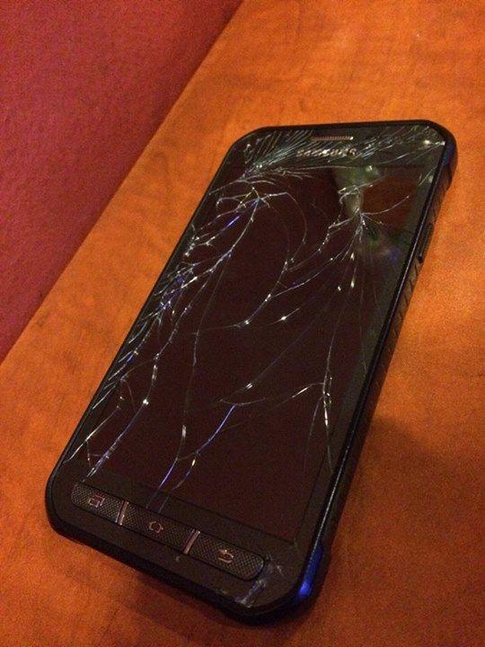 Sehr geehrte Damen und Herren,  auf dem Foto ist mein neues Samsung Galaxy XCover 3 zu sehen es hatte einen Sturz aus maximal 60cm Höhe hinter sich... Das sie bei einem Outdoor-Handy keine Garantie aufs Display geben ist schon ein Unding aber das sie dies als Kulanzleistung ablehnen finde ich ziemlich ehrlos. Zumal sie als Grund nannten das ich als ihr Kunde gelogen habe, und sie vermuten das ich es aus dem 15ten Stock geworfen haben muss. Klar, ich habe als ihr Kunde kein Vertrauen verdient…