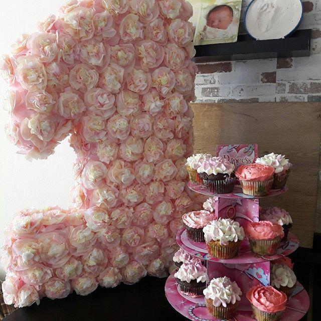 Мои цветочные капкейки украсили первый День Рождения👼 принцессы Софии. Будь счастлива, малышка 😙😙😙 #тортекб #капкейкижби #торты #тортыназаказекб #жби #тортыжби #жкрассветный