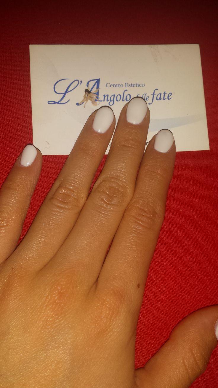 Ricostruzione unghie: #Bianco glam  Le NailArt bianche sono sempre più di moda. Con la forma dell'unghia a mandorla danno un tocco sofisticato al look ;)  #nailartbianco #curadisè #bellezza #modaprimavera #primavera #white #whitenailart #nailart #nails #unghie #manicure #stile #moda #glam #ricostruzioneunghie