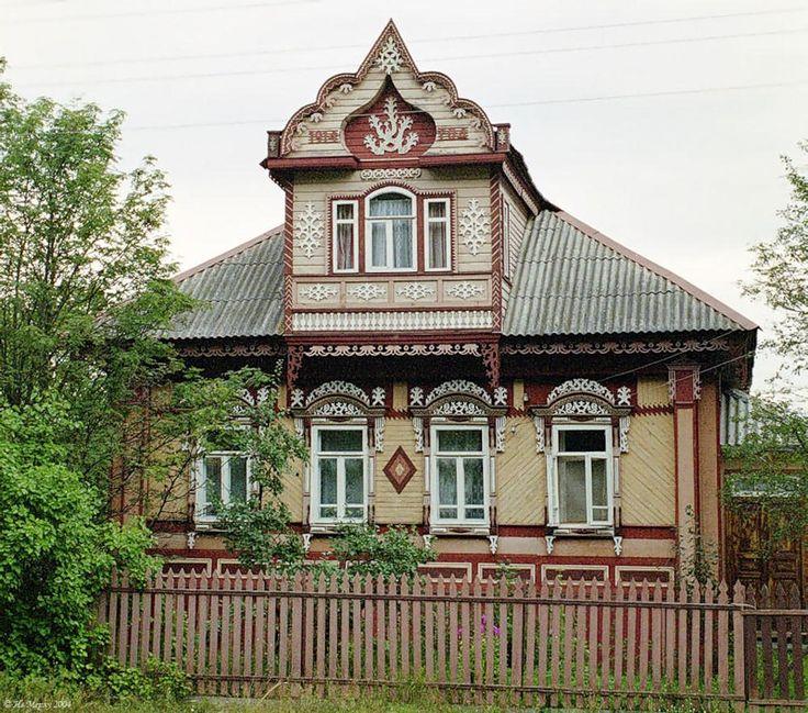 Облицовка деревянного коттеджа бежевого цвета в деревенском стиле с узорами