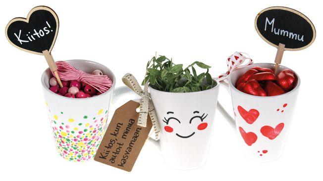 Posliinitussein koristellun mukin sisään voi laittaa vaikkapa tarvikkeet oman kesäkorun valmistamiseen, suklaasydämiä tai istuttaa taimen. Tarvikkeet ja ideat Sinellistä!