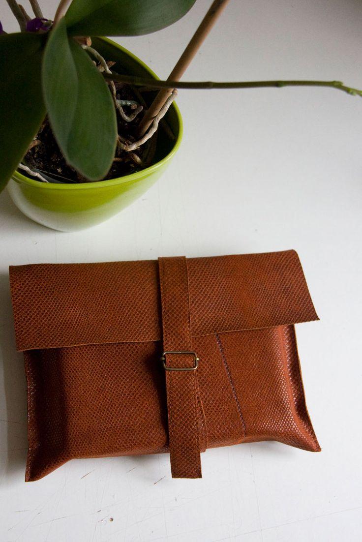 Obwoluta/ okładka na książkę. Wykonana z cienkiej, mocnej skóry w kolorze rdzawym/ rudym. #accessories #LeatherAccessories #suede #leatherbookcover #leatherbook #ginger #christmas_gifts #handcrafted #handcrafted_goodness