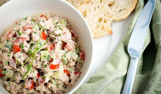 Tonijnsalade is een lekker recept, wat zeer simpel te maken is. Er zijn veel verschillende manieren om deze salade te maken. Je kunt het los als bijgerecht eten, of lekker op een stokbrood. Ingrediënten (voor 4 personen) - 1 blikje tonijn op waterbasis - 1 avocado - 1 rode paprika - 1 lente-ui - 1…
