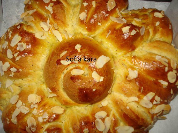 Παραδοσιακο τσουρεκι της γιαγιας  Ζυμη  1 κιλο αλευρι,  1 και 1 2 φλυτζανι ζαχαρη  250 γρ βουτυρο λυωμενο  5 αυγα,το ενα για αλειμμα  1 και 1 2 φλυτζανι γαλα  2 φακ ξηρη μαγια  1 μαχλεπι ,  1 κακουλε  1κγ αλατι,  ξυσμα απο 1 πορτοκαλι  σουσαμι η φιλε απο αμυγδαλα  ΕΚΤΕΛΕΣΗ  Προζυμι  Σε