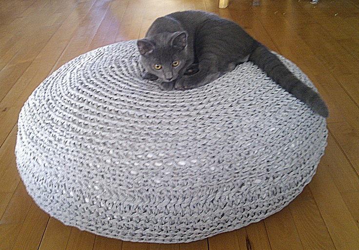 Floor pillow made of light grey zpaghetti