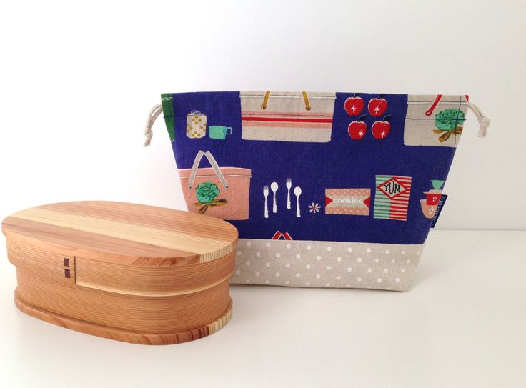 Picnic bento bag. Vintage style picnic baskets, apples and biscuits inspire you to enjoy a day at the park with your own lunch!