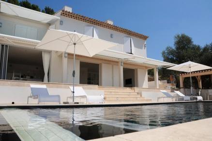 """Villa """"Berne"""" (Tourrettes) - Luxe moderne villa met privé zwembad op loopafstand van het centrum van Fayence. Zowel binnen als buiten beschikt deze villa over prachtig meubilair. Er is een B&O geluids- en TV installaties in de living, keuken en in elke slaapkamer. Fraai uitzicht vanuit living, het terras en het zwembad over het dal en de Provençaalse heuvels. De villa is geschikt voor 6 volwassenen en 2 kinderen."""