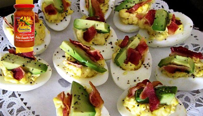 Surinaams eten – Avocado Gevulde Eieren (avocado gevulde eieren gegarneerd met bacon)