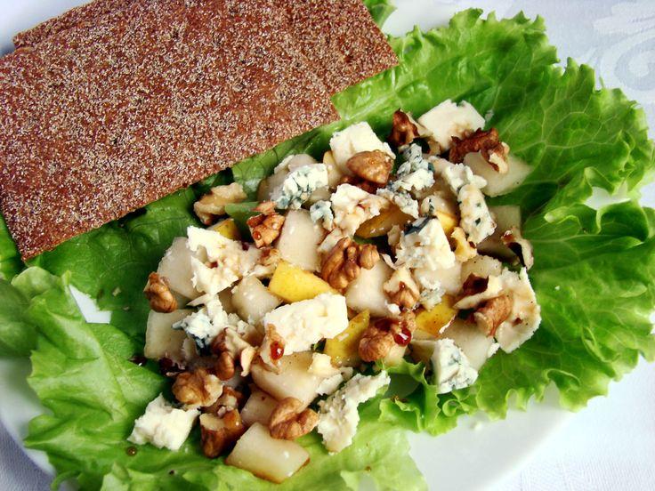 Салат с голубым сыром, грушей и орехами