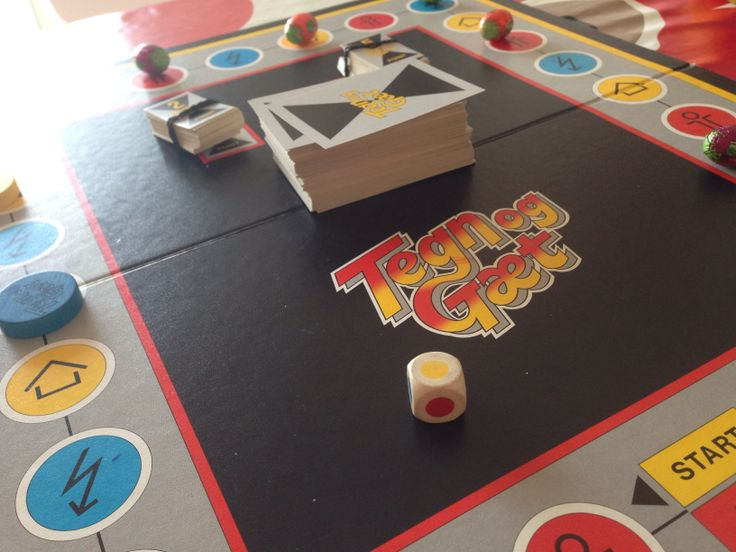 Tegn & Gæt. Et top-underholdende familiespil, hvor man på skift skal gætte hvad hinanden tegner, inden timeglasset rinder ud. Øvelserne på kortet er både på voksen og juniorniveau.
