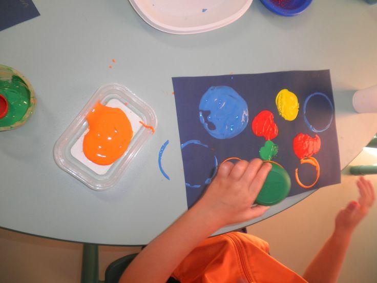 Estampación de círculos con material reciclado: tapones, vasos plásticos, rollos de papel...